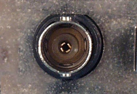 機器に搭載されているイーサネットケーブル(BNC)のコネクタ