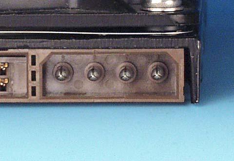 機器に搭載されているパラレルATA電源コネクタ