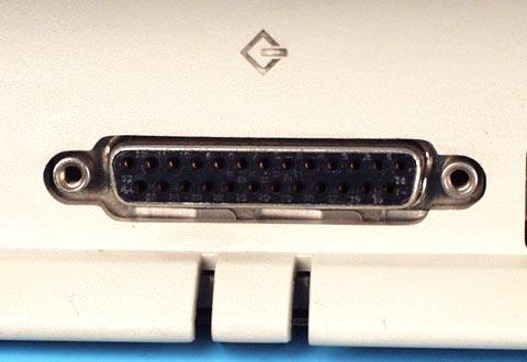 機器に搭載されているD-Sub 25ピンコネクタ(SCSI用)