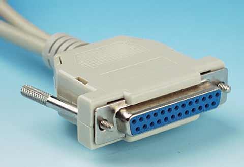 ケーブルに付いているシリアルポート(25ピン/PC側)のコネクタ