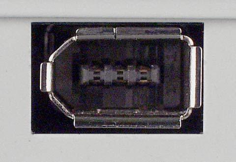 PCや機器に搭載されているIEEE 1394(6ピン)のコネクターの写真