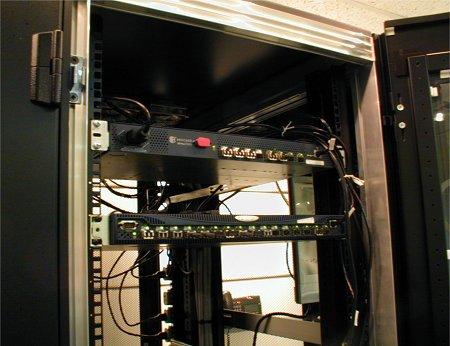 写真1 ファイバチャネルスイッチの設置