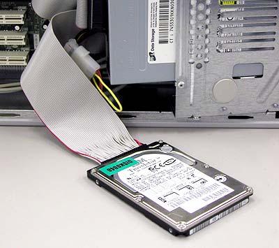 別のデスクトップ・マシンにディスクを接続しているところ
