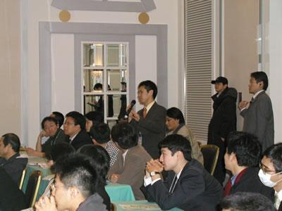 定員120名の会場は満席に。19時から22時近くまで活発な意見交換が行われた