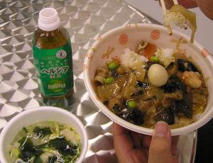 写真4 左のわかめスープは、ワンタン入り。実際に購入する場合は普通のわかめスープにしよう