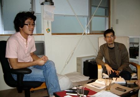 写真1:ニュース好きの安達氏(手前)とマッキントッシュ好きの大向氏(右奥)