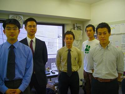 写真2:ウェブリオを運営する5人。左から技術の佐々木氏、辻村社長、マーケティング担当の森氏、編集の柳沼氏、営業の梶川氏