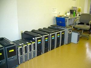 写真1:オフィスの床に並ぶサーバ