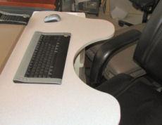 ワイヤレスキーボードとキーボード台このキーボード台はアメリカで売っているもの。日本では、モニタ台とキーボード台の2層タイプが入手しやすい