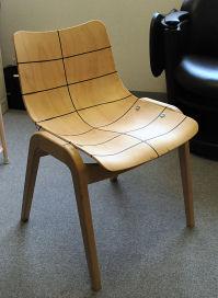 「ロータス 3D チェア」座面の切り口が若干カーブになっている