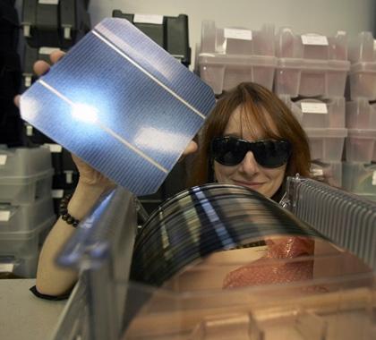 廃棄ウエハから再生した太陽電池(IBMのニュースリリースより)