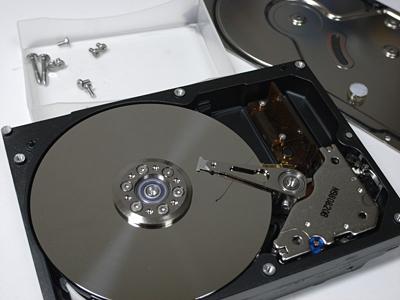 まずはハードディスクの外側のカバーを外す