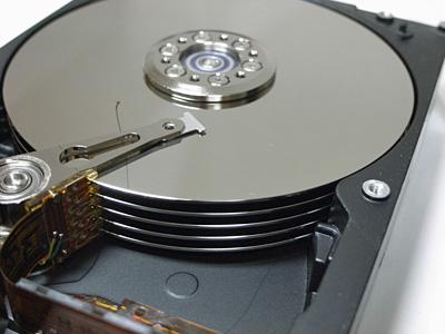 この円盤がプラッタ。このハードディスクには5枚連なっていた
