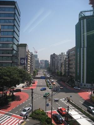 写真2 渋谷の宮益坂上にある同社オフィスからは、東に延びる青山通りが一望できる。この通り沿いには同社に出資するメジャーレコード会社のオフィスが点在する。レーベルモバイルに集められた音楽配信の収益が青山通りを通じてレコード各社に分配される様子を象徴しているかのような位置関係だ