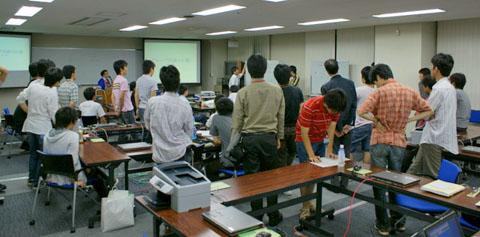 写真5 グループディスカッションでは卒業生のチューターたちが活躍