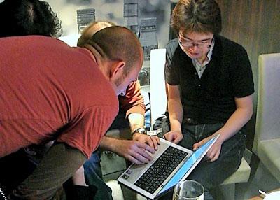写真1 昨年のAV2007でノートPCを手に話し込むサイボウズ・ラボのTAKESAKO氏