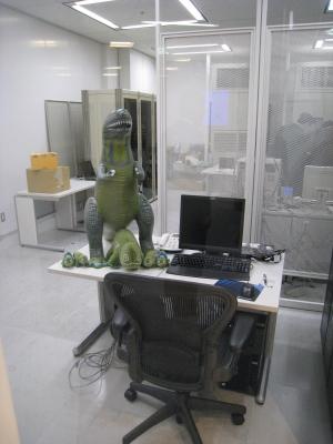 日本IBMのクラウドコンピューティングセンター(東京・晴海)では恐竜のマスコットが出迎えてくれる。「滅び行く恐竜」とやゆされたIBMだが、「メイン・フレームの復活」をアピールする目的で作られたもの