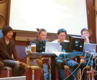 右から、大日本印刷の生田大介さん(役割:RIAデベロッパー)、DNPデジタルコムの吉川浩介(役割:Flashオーサー)、同じく武田明彦さん(役割:デザイナ)