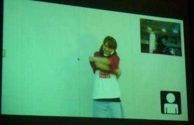 スクリーンには野球拳の相手となる女性がビデオ映像として登場。プレイヤーの操作に対してインタラクティブに反応する