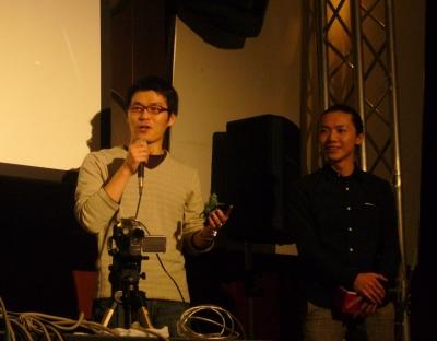 見事グランプリの栄冠に輝いた大日本印刷チームでDNPデジタルコムの吉川浩介さん(左)と武田明彦さん(右)。家入さんより小さな小さな獅子像が手渡された