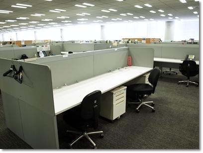 豊洲オフィスには自由に使えるデスクが用意されている。サテライトオフィスを飛び回るエンジニアたちに「自席」は存在しない。