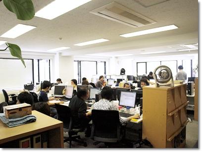 オフィススペースは一転して落ち着いた雰囲気。黄色はエントランスやミーティングスペースには向いているが、集中して仕事をしたいときには適さないからだ。島はプロジェクト単位で構成されており、異なる職種が入り混じる。