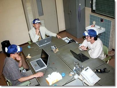 写真2 島型オフィスでの視線の調査。アイカメラを装着
