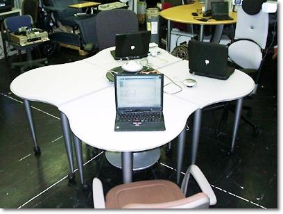 写真3 アメリカ式島型オフィス(野呂研究室)研究室ではこれを「四つ葉のクローバーオフィス」と呼んでいる(スチールケース社製)