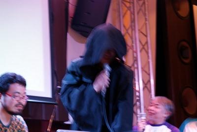 ステージに現れた謎の暗黒卿。写真にかかっているモーションブラーは、手振れではなく暗黒フォースによるもの
