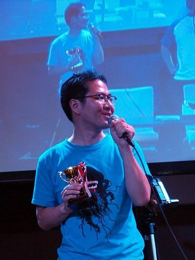 グランプリのトロフィーを手に受賞の喜びを語る田中さん