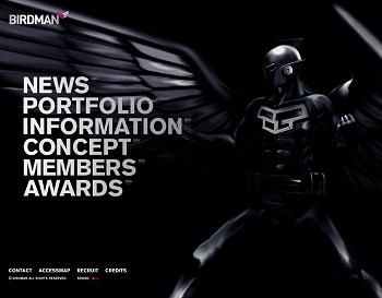 映画の予告編のような、ナレーション付きのオープニングムービー。飛翔するBIRDMANは迫力満点です