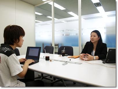 学生記者(左)と日本IBM 人事 新卒採用マネジャー 杉内智子氏(右)