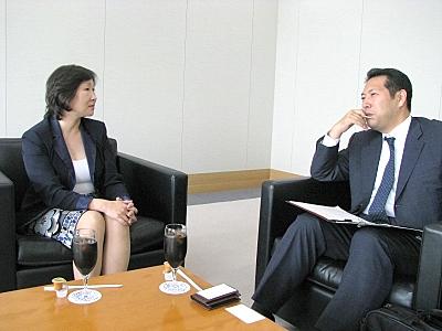 佐々木氏(左)と筆者(右)