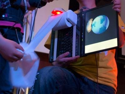 アクトトイレの試作品。トイレットペーパーの上には回転を感知する光学マウス。ディスプレイには、回転する地球(?)の上を走るマウス(しゃれか!)の映像が表示される。ペーパーが切れやすいのが現在の課題だという