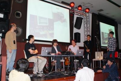 ザ・マネトロンズ+笠谷真也は、iPhoneの楽器アプリを中心に編成したバンド。この日のデモはバンド演奏