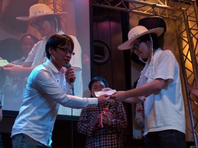 自らも選手権に参加したリクルートの川崎さんより、Mashup Awards賞としてMashup Awards 5の表彰式への参加チケットがAR三兄弟へ手渡された