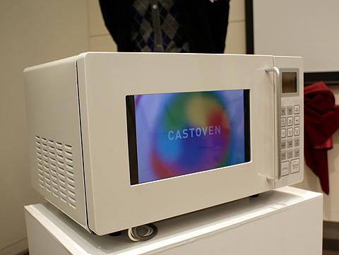 電子レンジの窓に当たる部分が液晶ディスプレイになっており、YouTubeの映像が表示される