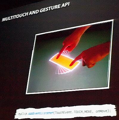 マルチタッチ機能をActionScriptのコード1行で実現できるという(ブリムロー氏のプレゼンテーションより)