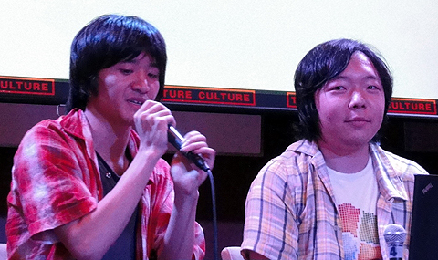 作者の津守さん(左)と綾野さん(右)。津守さんは遠方からの参加で朝の6時起きだったため「とにかく眠い」と、ひと言。スポンサーを気使った? 綾野さんのTシャツがナイス