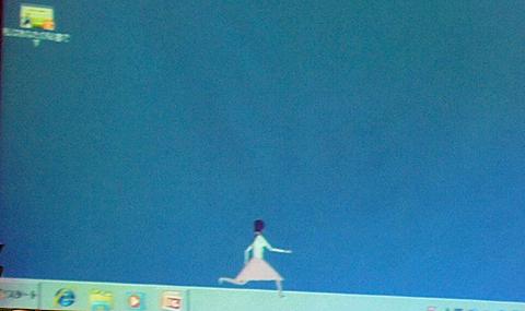 秘書さんは通常はデスクトップ上でうろうろしている。ただし、動きがブレイクダンスのように激しく、しかもぎこちないため、気になって仕事に集中できない