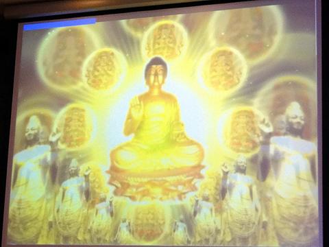 「寺べっぴんDX」をスタートすると、画面には瞑想を促す映像が流れる。集中度が増すと、上部の青い線が右に伸びる。集中!