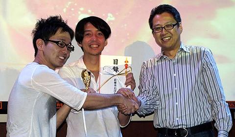 見事、最優秀賞に輝いたSIGFPの橋本さん(左)と宮野さん(右)には、賞金10万円に加えて特製「おばカップ(O杯)」が贈られた