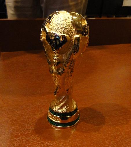 最優秀賞として贈られたおばカップには、審査員全員のサインとメッセージが添えられた
