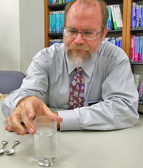 溶けるスプーンの実験(上)と、少々お疲れ気味だったが、自ら実験を行って取材陣を楽しませてくれたグレイ氏(下)。ありがとうございました!