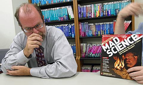 グレイ氏と「Mad Science −炎と煙と轟音の科学実験54」英語版