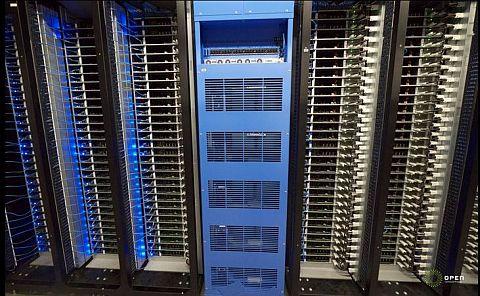 図3 中央がバックアップバッテリユニット。その両側はサーバキャビネット(クリックで拡大)