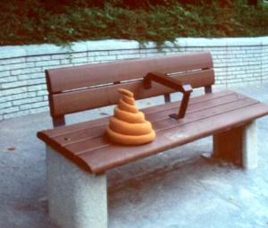 社会問題として深刻化する放置UNTの問題。会場近くのベンチでもウンチ……じゃなくてUNTが発見された