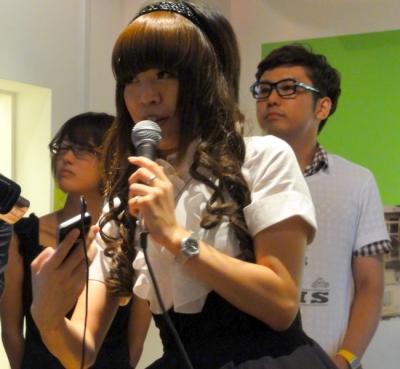 iBooNをデモするチームDNPの森川さん。メイド服のように見えるが、これはれっきとしたコリン星の正装だ