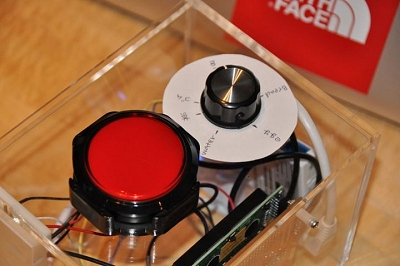 20立方センチ程度の小さな箱に、操作ボタンやダイヤル、通信機能、プログラムなどを組み込んだガジェット作品だ