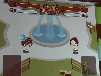 最初に顔認識によってゲーム内のアバターを生成する。必殺技のピグファイアーを発射したり、それをジャンプしたりしゃがんだりしてよけて遊ぶ